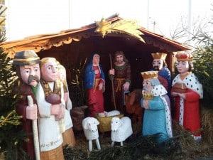 Godne święta - szopka wystawiona przed budynkiem Starostwa Tucholskiego